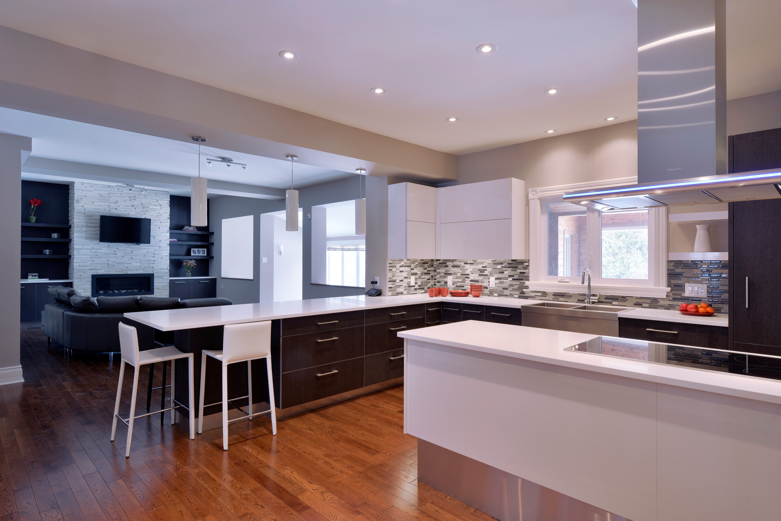 A backsplash that reaches the bottom of the upper cabinets.