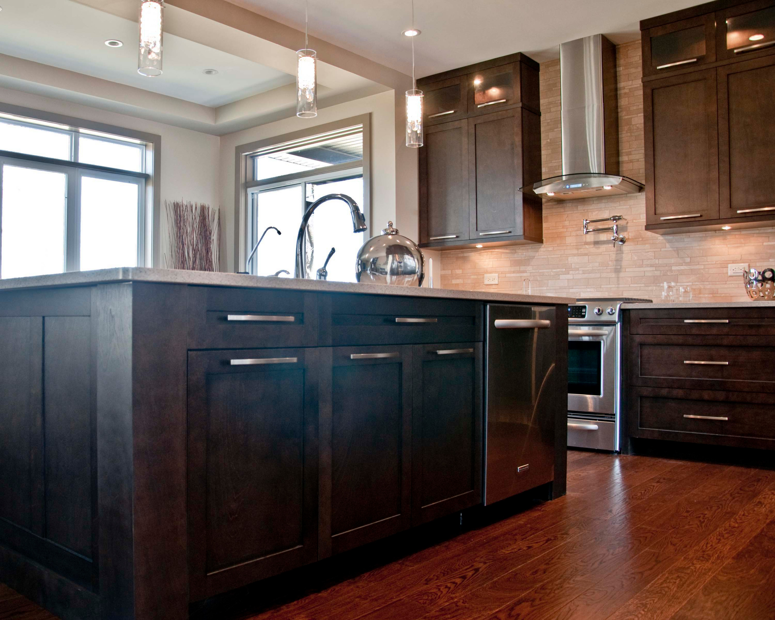 A modern kitchen with flat, wide door pulls for hardware