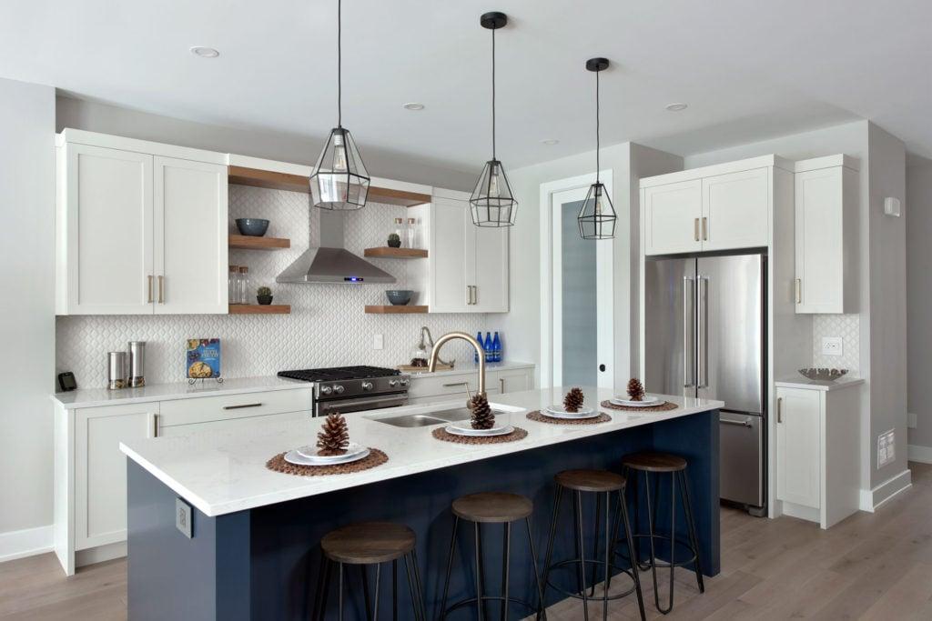 A kitchen island with modern-elegant pendant light fixtures.