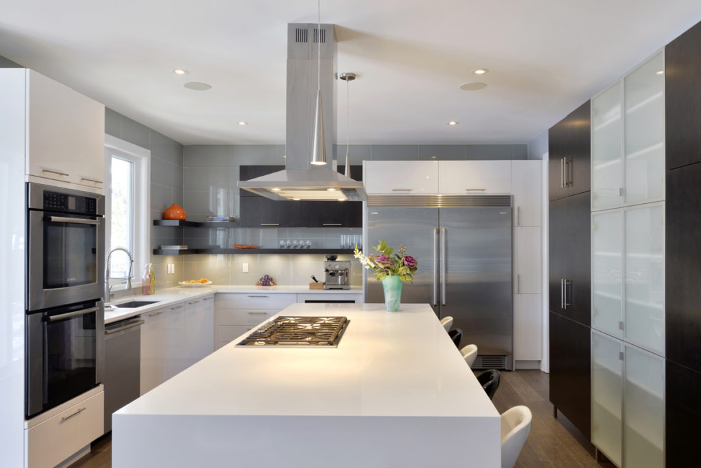 A kitchen design using thermofoil custom cabinets.