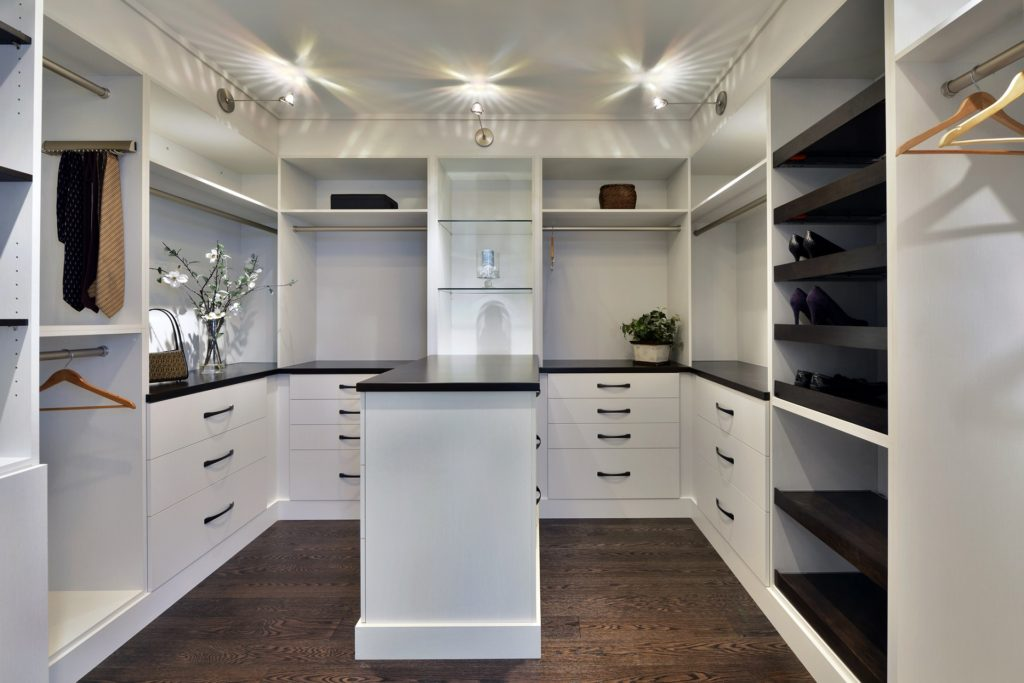A custom closet with the Uno door style.